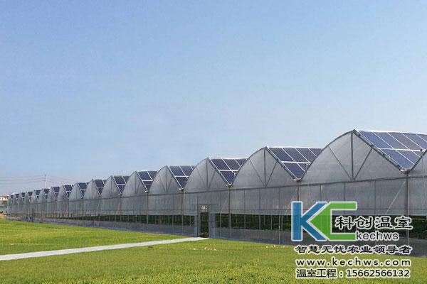 光伏温室也称为太阳能温室,是在温室大棚的部分或全部向阳面上铺设太阳能发电组件作为覆盖材料的一种新型温室大棚类型,它是农业种植业与光伏产业的一种巧妙结合。温室使用光伏组件作为覆盖材料,不仅能够通过光伏温室组件发电,其本身作为一种较好的保温材料,可以在冬季提高温室大棚内的环境温度,为蔬菜等作物生长创造有利条件,提高蔬菜产量,延长生产周期。光伏发电组件生产的电能不仅可以用于农业生产,还可以直接销售给国家电网。目前,光伏温室作为新兴事物,其比较高的投资和较长的投资回报周期,使得光伏温室作为农业生产设施方面发展缓慢