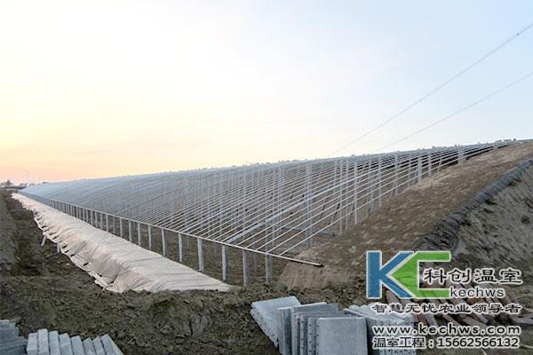 6米一排立柱,立柱上用6分或1寸热镀锌圆钢作为大棚桁架,每排立柱间
