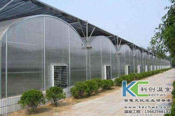 阳光板温室大棚造价及建设: 科创农业专业设计建设阳光板温室大棚,提供阳光板温室大棚造价预算服务。 阳光板温室大棚多可分为尖顶式和圆顶式两种,尖顶式一般为文洛式一跨三屋脊结构,跨度可达10-16米,开间4米或8米,室内立柱较少,能够实现大面积连栋。圆顶式阳光板温室大棚与连栋拱棚结构相近,只不过覆盖保温材料由薄膜换为阳光板,相较连栋薄膜拱棚,保温效果和使用寿命大幅增加,但是阳光板温室大棚造价相对较高。 阳光板温室大棚一般使用8mm或10mm厚中空阳光板作为保温覆盖材料,具有透光率高,外形美观大方,档次较高,保